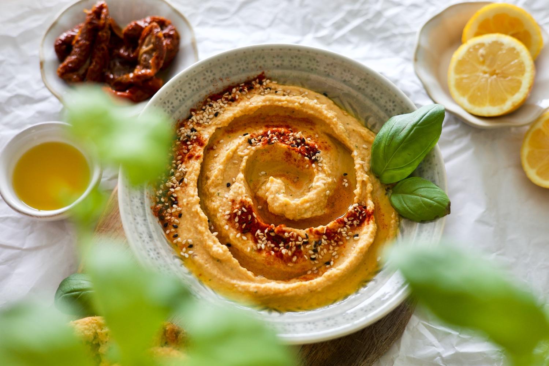 sun-dried-tomato-basil-hummus-húmus-de-tomate-seco-e-manjericão